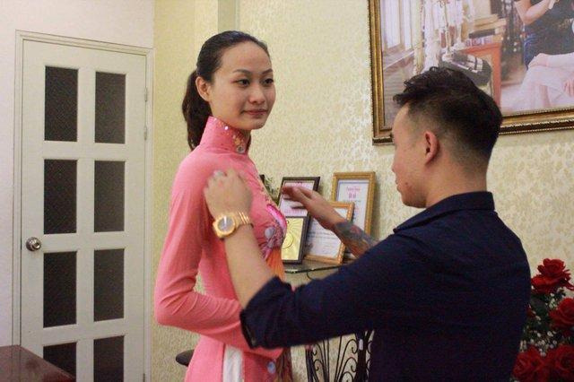 Lan Anh chọn áo dài của Nhà thiết kế Lý Minh Tuấn, người có duyên trong các cuộc thi sắc đẹp trong và ngoài nước.