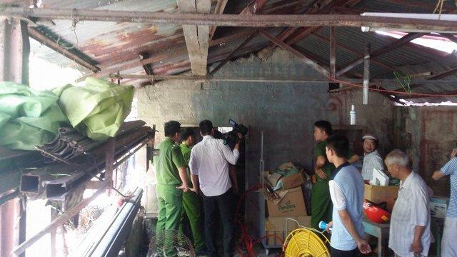 Vị trí nạn nhân gặp nạn chật hẹp, ẩm thấp, nhiều nước bẩn nên quá trình giải cứu khá khó khăn. Ảnh: Lê Chung