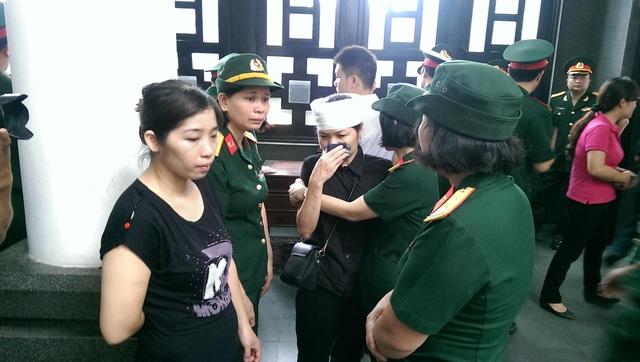Thân nhân liệt sỹ trong vòng tay chia buồn của các nữ quân nhân