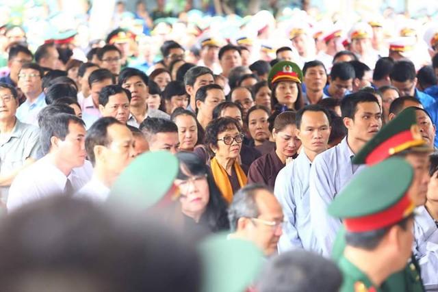 Hơn 9 giờ, mưa đã tạnh, hàng trăm đoàn đại biểu xếp hàng dài từ cửa nhà tang lễ ra sân.