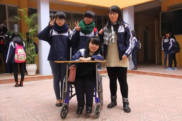 em Lê Thị Hà An bên bạn bè.