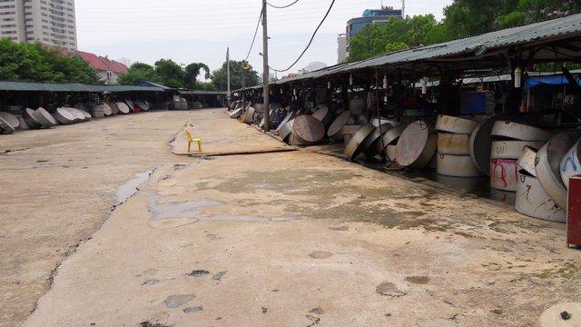 Chỉ vài giờ sau khi tan chợ, nhiều khu buôn bán đã được dọn dẹp sạch sẽ.