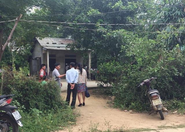 Người thân và hàng xóm đau xót trước cái chết thương tâm của hai mẹ con. Ảnh: Lê Chung