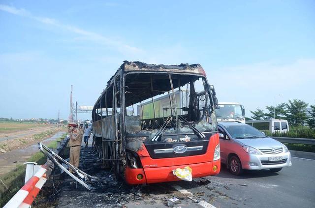 Xe bị nạn là xe khách 47 chỗ mang BKS 29B - 064.59, do lái xe Phạm Duy Đông (SN 1969, ở Vụ Bản, Nam Định) điều khiển. Toàn bộ 23 người có mặt trên xe đã nhanh chóng thoát nạn.