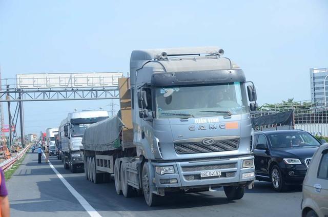 Vụ cháy khiến cao tốc Pháp Vân - Cầu Giẽ hướng vào trung tâm Hà Nội ùn tắc hàng km. Lực lượng CSGT, đơn vị vận hành cao tốc cũng có mặt để phân làn giao thông.