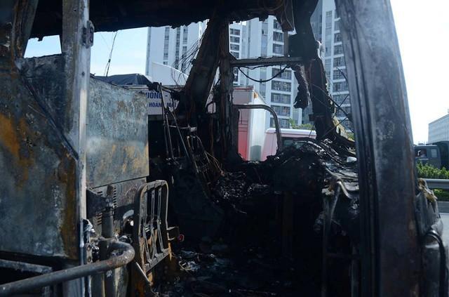 Theo lái xe, vụ cháy gây thiệt hại hàng tỉ đồng cho công ty.