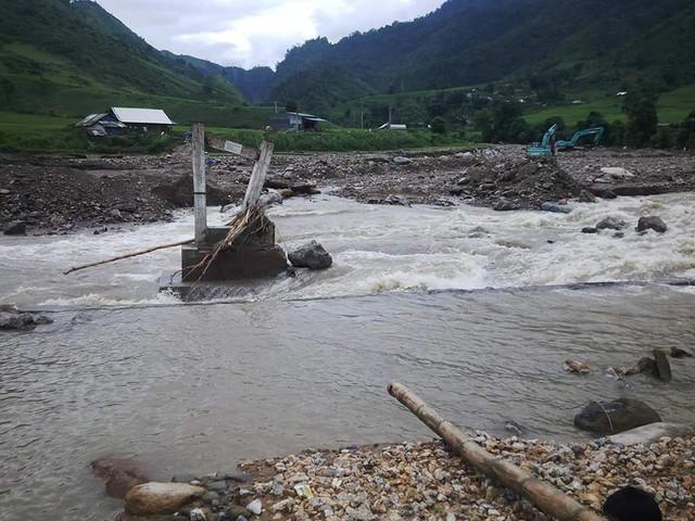 Cây cầu dẫn đến thôn Mà Sà Phìn, xã Nậm Xây bị mưa lũ cuốn trôi. Ảnh: C.T