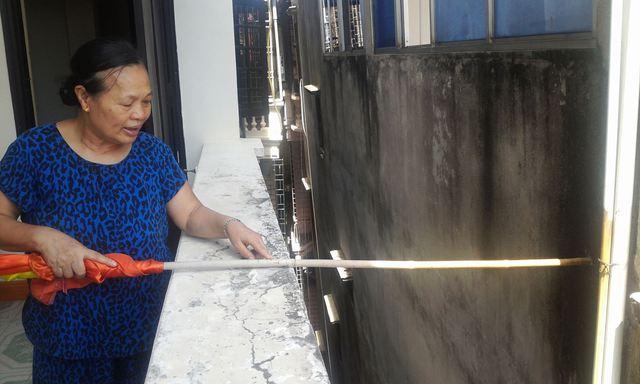 Bà Phạm Thị Sen, chủ nhà 161 cho biết chân móng nhà bà cách ngôi nhà nghiêng 160 cm, nhưng phần ngọn chỉ cách khoảng 80cm