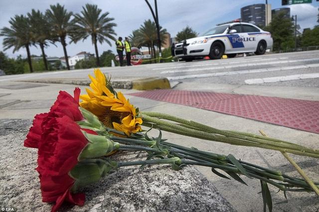 Người dân đặt hoa tưởng niệm các nạn nhân bên ngoài câu lạc bộ Pulse.