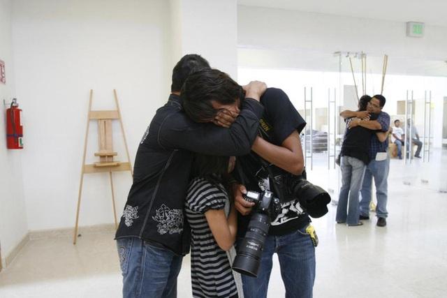 Người thân đau đớn trước sự ra đi của phóng viên Luis Carlos Santiago trong tang lễ của anh được tổ chức ở Ciudad Juarez, Mexico vào ngày 18/12/2010. Santiago đã bị các tay súng bắn chết khi đang lái xe cùng 1 nhiếp ảnh gia khác tại Ciudad Juarez, Mexico.