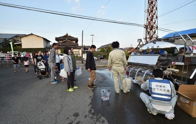 Dòng người xếp hàng để nhận nước sạch ở Higashi-ku, Kumamoto vào ngày 15/4.