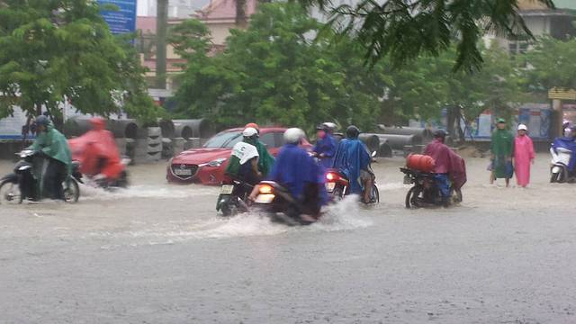 Mưa lớn kéo dài khiến nhiều tuyến đường tại TP. Huế bị ngập nặng. Ảnh: Lê Chung