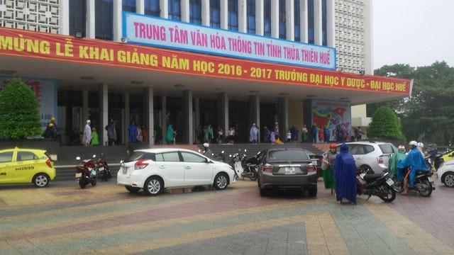 Nhiều người dân phải trú tạm tại Trung Tâm VHTT tỉnh Thừa Thiên - Huế vì không thể chạy xe về nhà....