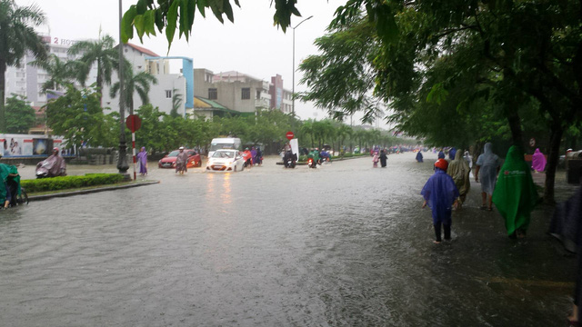 Nhiều tuyến đường như Hùng Vương, Lê Qúy Đôn, Đống Đa,... ngập nặng sau mưa lớn khiến giao thông đi lại khó khăn. Ảnh: Lê Chung