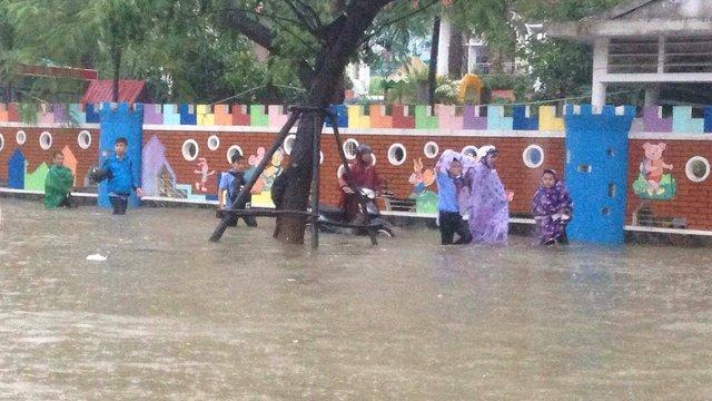Hành trình trở về nhà của người dân thành phố xanh thêm gian nan vì mưa lớn làm ngập đường...