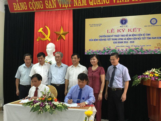 Lãnh đạo BV Nội tiết Trung ương và BV Nội tiết Nam Định ký kết chuyển giao kỹ thuật theo Đề án Bệnh viện vệ tinh. Ảnh: V.Thu