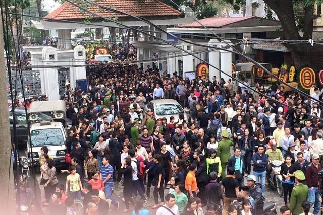 Sáng ngày 23/3, tang lễ nhạc sĩ - ca sĩ Trần Lập được tiến hành tại Nhà tang lễ Bộ Quốc Phòng. Sau khi làm lễ xong hàng nghìn người dân đã có mặt để tiễn đưa thủ lĩnh nhóm Bức Tường về nơi an nghỉ cuối cùng.