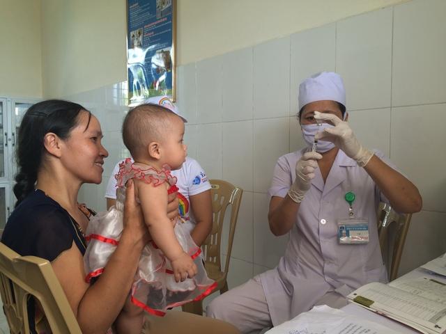 Các chuyên gia khuyến cáo, tiêm phòng vaccine đầy đủ là biện pháp hiệu quả giúp giảm số trường hợp mắc bệnh ho gà. Ảnh: N.Mai