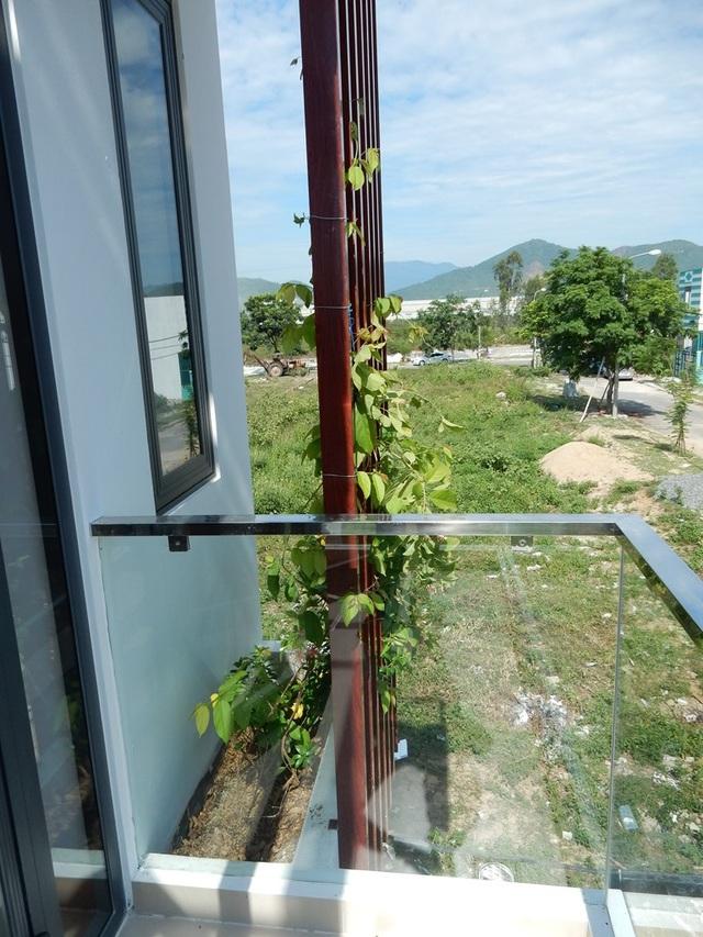 Phía ban công trước nhà được thiết kế một góc trồng hoa và cây cảnh khiến ngôi nhà như xanh hơn khi nhìn từ bên ngoài. Ảnh: Đức Hoàng