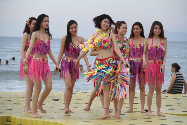 Các bạn trẻ trong trang phục nóng bỏng bên bờ biển Đà Nẵng. Ảnh: Đức Hoàng