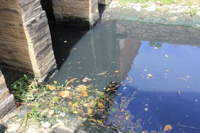 Bên cạnh đó, chùa Cầu nằm ngay vùng rốn lũ Hội An, vị trí này có dòng nước chảy rất mạnh mỗi khi có lũ lụt nên càng tạo thêm nguy cơ mất an toàn cho di tích