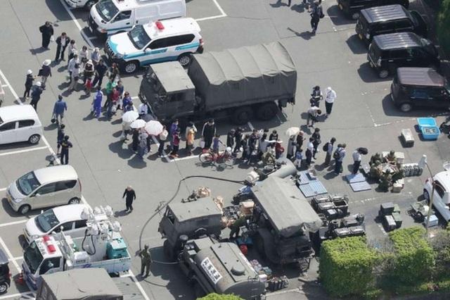 Tại những vùng bị ảnh hưởng, người dân luôn tự ý thức xếp hàng để nhận viện trợ của lực lượng phòng vệ.