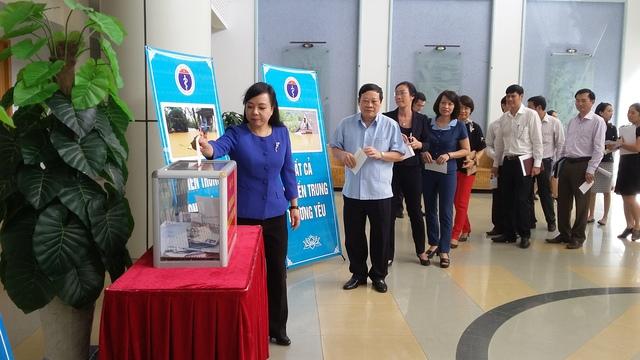 Bộ trưởng Nguyễn Thị Kim Tiến ủng hộ đồng bào miền Trung lũ lụt. Ảnh: Văn Hải