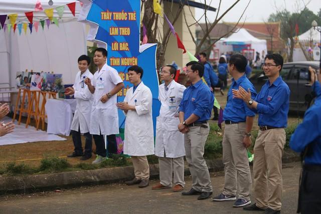 Nhiều Bác sĩ cũng là đoàn viên tiêu biểu của Bộ đang chào đón Ban Giám khảo