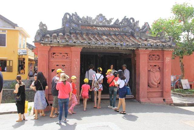 Hàng ngày, chùa Cầu phải đón tiếp một lượng lớn khách tham quan với trung bình là 4.000 lượt khách/ngày, dẫn đến việc đi đứng, tham quan của du khách tại chùa Cầu với số lượng lớn trong cùng một thời điểm