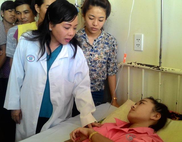 Nữ sinh Hà Vi xúc động rơi nước mắt khi được người đứng đầu ngành Y tế Việt Nam thăm, động viên, tặng quà và hứa hỗ trợ sự học hành sau này nếu em có hoài bão liên quan ngành y.