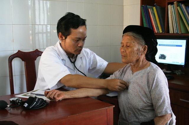 BS Hoàng Quốc Cường-trưởng đoàn thiện nguyện, đang thăm khám cụ bà khó khăn, neo đơn ở xã Tân Hưng.