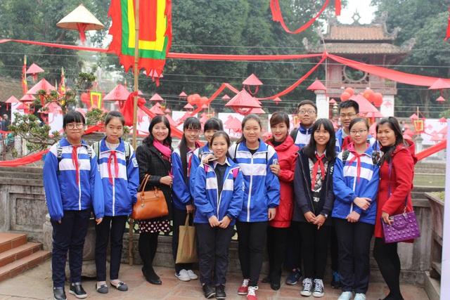 Các em học sinh của trường THCS Nguyễn Phong Sắc đến tham dự hội thơ năm nay.