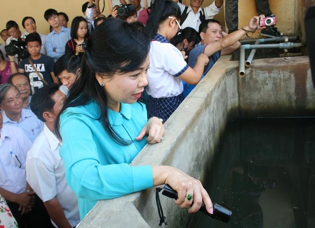 Nhiều loăng quăng trong hồ chứa nước của một hộ gia đình khiến lãnh đạo Bộ Y tế giật mình.