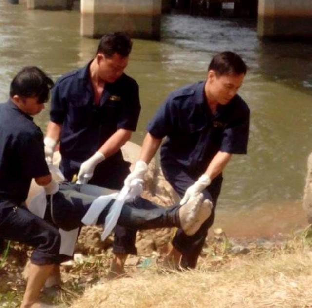 Thi thể nạn nhân được chuyển lên bờ.