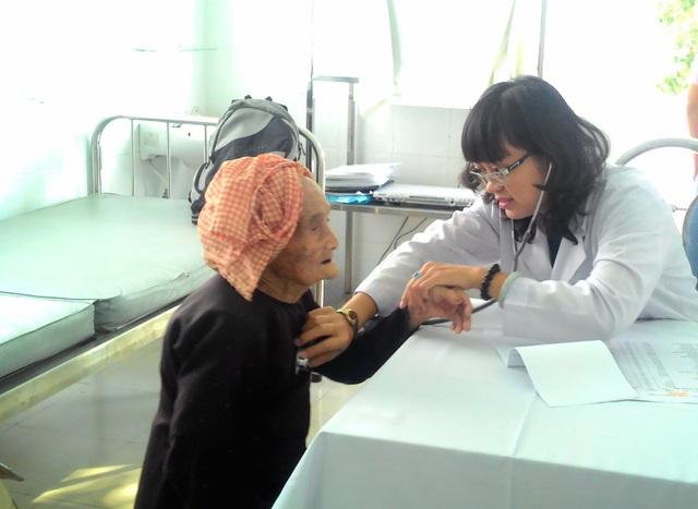 ThS.BS Nguyễn Thị Tuyết Nga đang thăm khám một cư dân cao tuổi tại P. Thảo Điền hôm 9/4.
