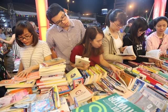 Rất nhiều bạn trẻ tới tìm mua và đọc sách trong tối 20/4. Ảnh: Đức Hoàng