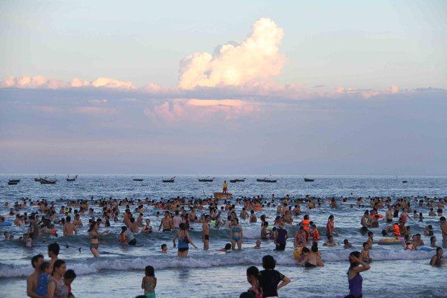 Theo thống kê của Ban quản lý bán đảo Sơn Trà và các bãi biển du lịch Đà Nẵng, mỗi ngày có hơn 30.000 người xuống các bãi biển Đà Nẵng để vui chơi, tắm biển...Ảnh: Đức Hoàng