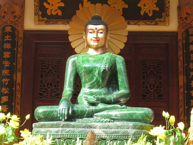 Tượng Phật ngọc Thích Ca Mâu Ni được coi là một kỳ quan của thế giới, nặng hơn 4 tấn, cao 2,54m, ngang 1,77m, được đặt ngồi trên một ngai vàng thạch cao khoảng 1.4 mét.