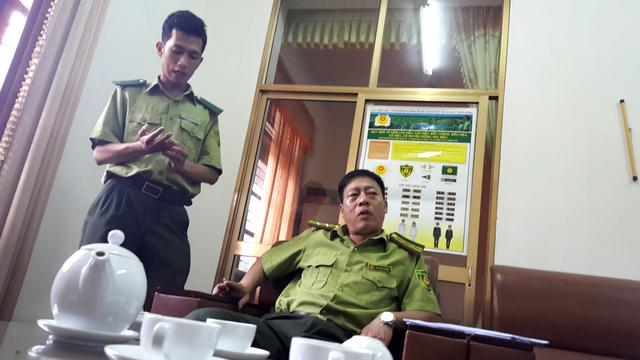 Ông Vũ Thế Cường (bên phải), Hạt trưởng hạt kiểm lâm huyện Võ Nhai.