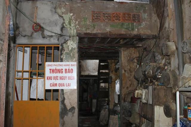 Cảnh báo phía trong ngôi nhà 47 Hàng Bạc. Ảnh: Quỳnh An