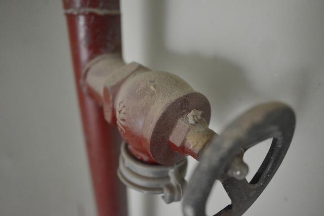 Một ống dẫn nước cứu hỏa tại khu VP5 bán đảo Linh Đàm.