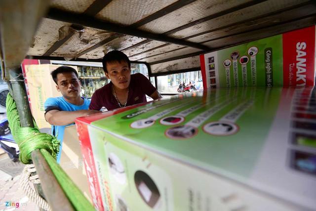 Một cửa hàng khác chuyên bán quạt điện phun sương trên đường Xã Đàn liên tục huy động xe ba bánh để giao hàng cho khách.