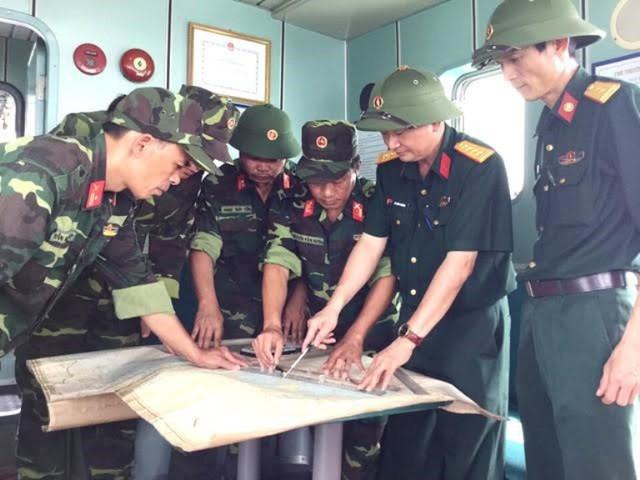 Bộ CHQS Quảng Ninh lên phương án phối hợp tìm kiếm. Ảnh: CTV