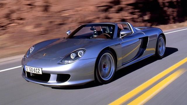 Có cùng tốc độ cực đại 330 km/h là người anh em Porsche Carrera GT. Đây là một trong những mẫu xe huyền thoại khiến nhiều người vẫn lầm tưởng Porsche là một hãng siêu xe, trong khi nhà sản xuất nước Đức chỉ là một nhà sản xuất xe thể thao hạng sang. Ra đời năm 2004 nhưng Carrera GT đã giành danh hiệu siêu xe bán chạy nhất lịch sử vào khoảng 2 năm sau đó, trước khi chính thức bị khai tử.