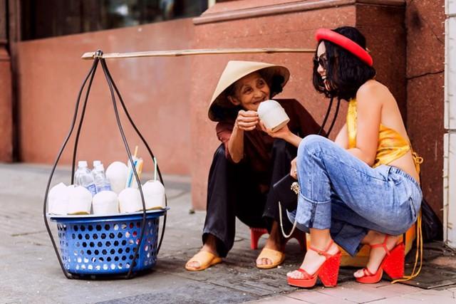 Từng tạo cơn sốt với trang phục áo dài cách điệu kết hợp với quần jeans, phong cách thời trang của Đoan Trang trong năm 2016 vẫn sẽ được phát triển từ chất liệu trang phục truyền thống kết hợp với những phụ kiện và phom dáng hiện đại.