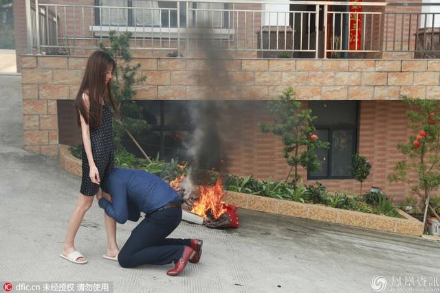 Người chồng van nài, quỳ xuống cầu xin vợ ngừng nghĩ và làm việc dại dột.