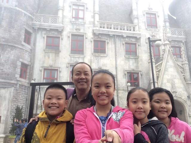Đức Hải và bốn con trong một kỳ nghỉ của cả gia đình gần đây.