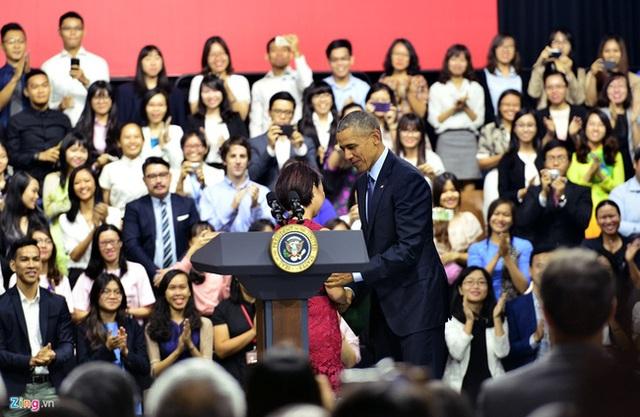 Ban đầu Tổng thống Obama còn mặc nguyên bộ đồ âu trang trọng. (Nguồn: Zing)