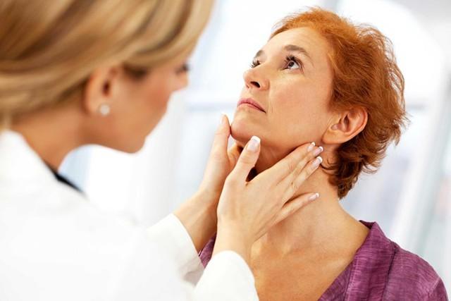 Hơi thở có mùi là một trong những triệu chứng phổ biến của viêm amiđan. Ảnh: Rd.