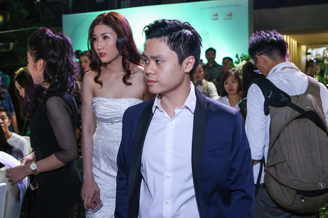 Cô gái có ngoại hình khá xinh đẹp và nổi bật, luôn theo sát Phan Thành từ khi bước vào sự kiện.